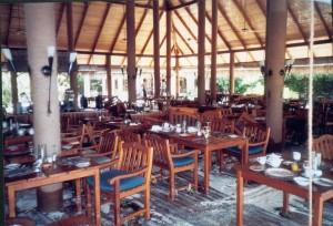 Die schweren Möbel des Restaurants wurden im hinteren Teil völlig durcheinander geworfen.