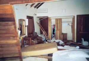 Die andere Haushälfte wurde von meiner Mutter und Schwester bewohnt, an den Kleidern bzw. Rückwand des Kleiderschranks konnten wir den Pegel ablesen, dieser lag mannshoch.
