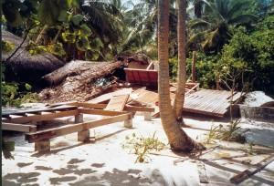 Zerstörte Strand-Villa, rechts sieht man die umgeworfene Betonwand des Außenbads.